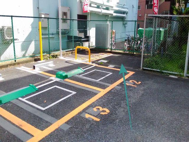 【場内誘導2】コインパーキング「12番」の奥がakippa駐車場になります。