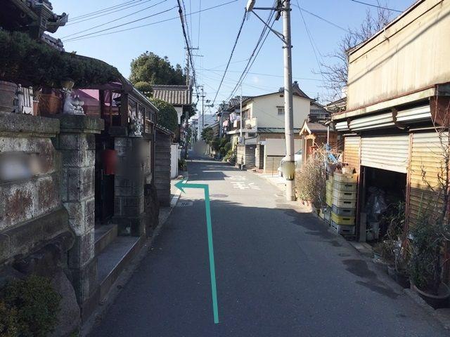 【道順5】道なりにお進みいただくと、左側に駐車場入口があります。