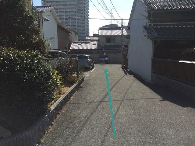 【道順8】駐車場入口です。奥へお進みいただくと駐車スペースがあります。