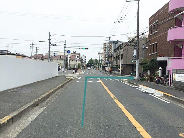 【道順1】「府道28号線」の「中百舌鳥5丁南交差点」を「南西」へお進みいただき、1つ目の信号を「左折」し直進、2つ目の信号を「右折」してください。