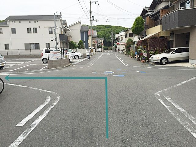 【道順4】1つ目の十字路を「左折」してください。