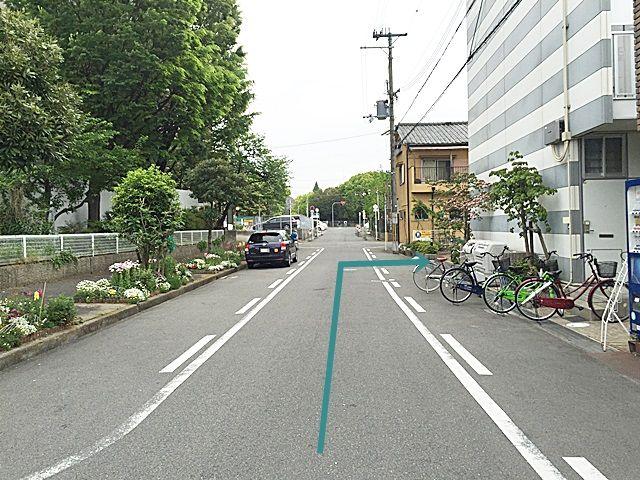 【道順7】2つ目のT字路を直進すると「右側」に駐車場入口があります。