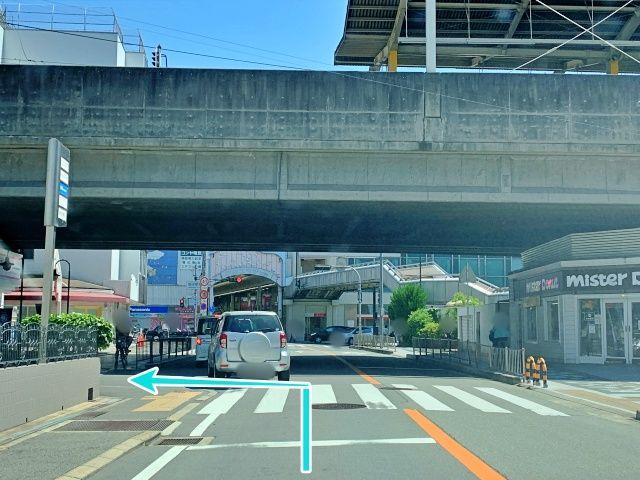 【阪急池田駅南側から】ミスタードーナツが右に見えるT字路を左折します