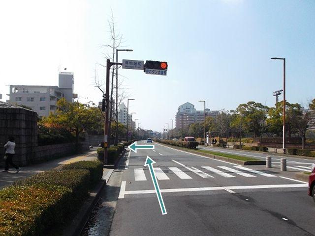 「よかトピア通り」を西へ進み、「博物館前」信号を過ぎて1つ目の角を左折してください
