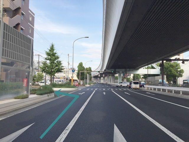【道順1】国道43号線を「甲子園球場前交差点」から東へ向かって進み、「本郷交差点」手前で左手の歩道へと「左折」してください。