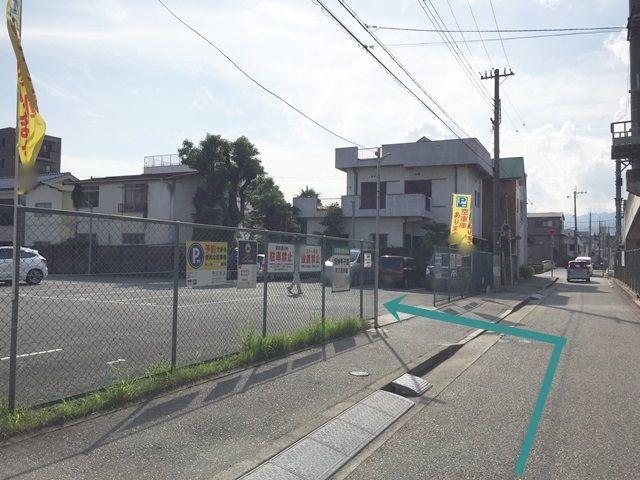 【道順7】信号から100m程進むと「左手」にご利用駐車場がございます。