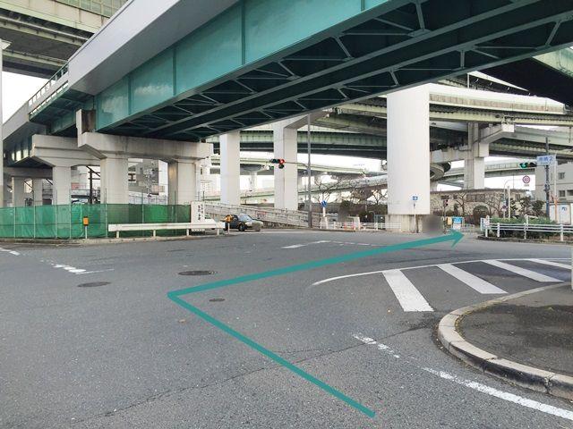 【道順3】矢印に沿って右折し、一方通行の道へ入ってください。
