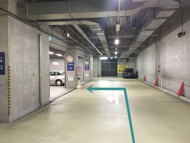 【道順8】ご利用駐車場になります。「左折」し、「駐車場受付」へと進んでください。