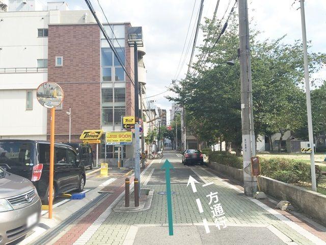 道順4. 道路が狭くなりますので、注意して直進してください