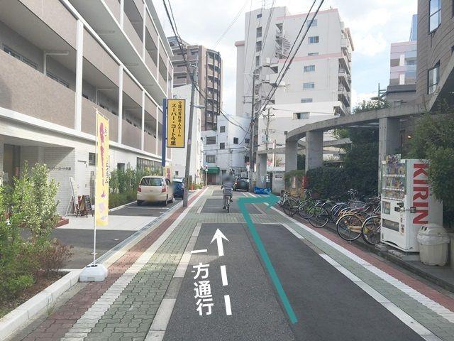 道順6. T字路を越えて更に直進すると、「右手」にご利用駐車場入口がございます