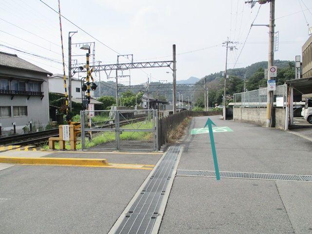 駅の踏切から線路にそって北へ進みます。