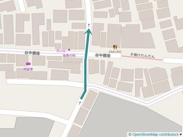 【道順3】左折後、400m程直進した辺りの交差点を「斜め左方向」へと進み、直進してください。
