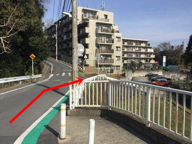【道順2】曲がってすぐ右手側に駐車場の入口がございます。