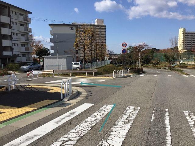 【順路1】「ひよどり台南」の道路を西へ直進し、「ひよどり台中央公園(グラウンド)」手前の交差点を左折します。