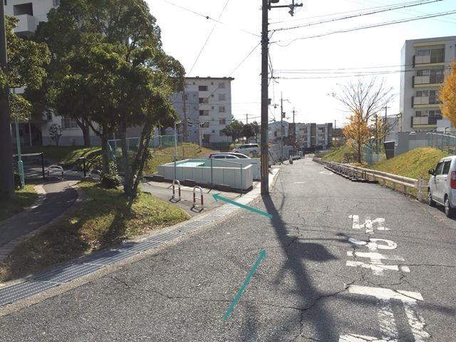 【順路2】左折後すぐ左手に団地への通路がございますので、そちらへ進みます。