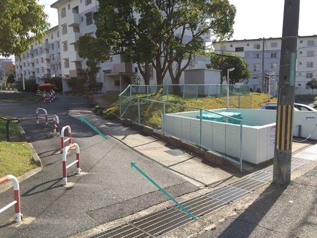 【順路3】団地の中へ進むと、左手に駐車場がございます。