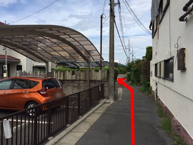 【道順2】直進すると、左手側に当駐車場がございます。