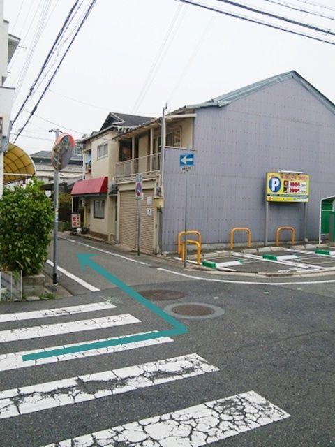 左手コインパーキング手前の道を左折。左折後直進いただくと左手に当駐車場がございます。