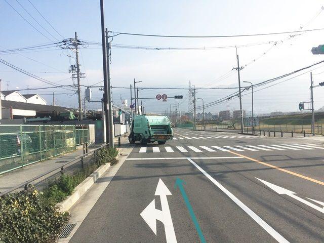 2.しばらく直進し、「花園ラグビー場前」交差点から3つ目の交差点を左折します。