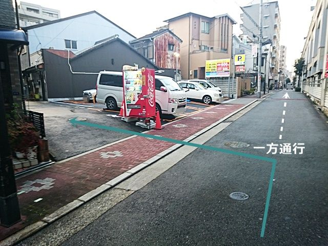 【道順1】近鉄南大阪線「北田辺駅」前の「西側」にある一方通行の道を「北」へ進むと、左側にコインパーキングが見えてきますので、その手前の道を「左折」してください。