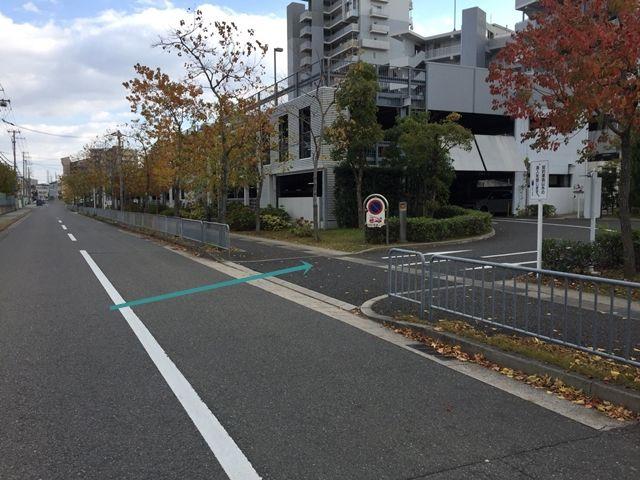 【順路2】左折後すぐ右手に駐車場入口がございますので、右折します。