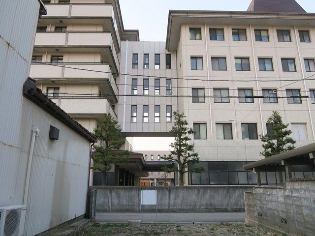 駐車場の向かいは金沢市立病院がございます。