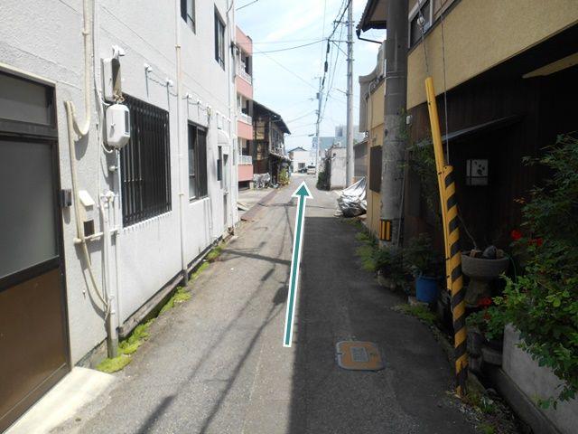 【順路2】直進します。道路が狭くなっていますのでご注意ください。