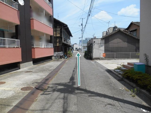 【順路3】直進します。道路が狭くなっていますのでご注意ください。突き当りに駐車場があります。