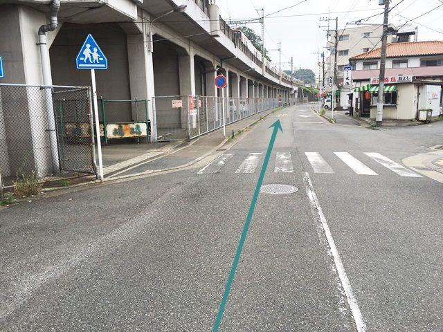 【道順1】「三浦海岸駅前交差点」から高架に沿って「南西」へお進みください。