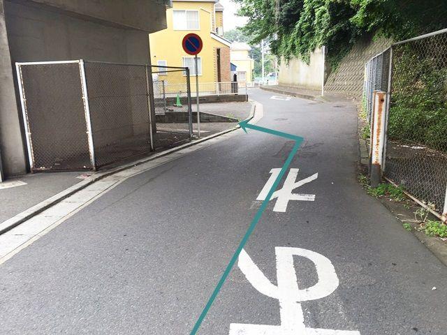 【道順4】駐車場出入口を通り過ぎ、奥まで行くとこちらにも駐車スペースがあります。区画図を参考にご予約時のスペースに駐車してください。