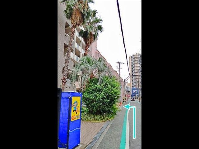 ④ヤシの木の奥が駐車場入り口です
