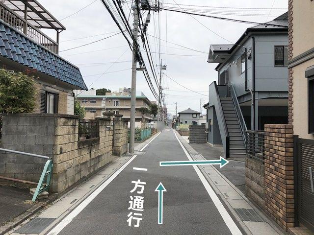 【順路1】県道165号線から住宅地へ入り、1つ目の角を右折します。一方通行ですのでご注意ください