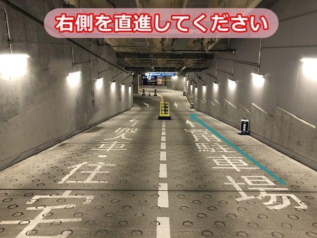2.右側の客用駐車場にお進みください