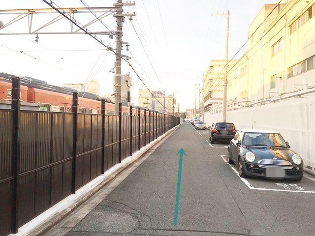 【道順5】直進していただくと右側に駐車場があります。