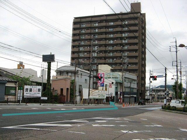 【道順1】高富街道(国道256号線)「長良橋北交差点」から「長良丘1交差点」方面へ進み、1つ目の角を「左折」してください。