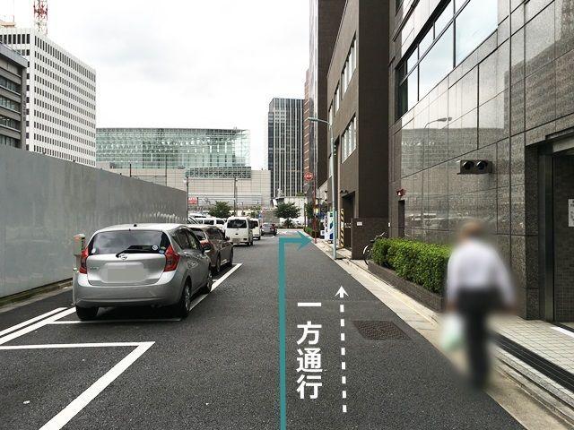 【道順2】少し直進していただくと「右側」に駐車場があります。