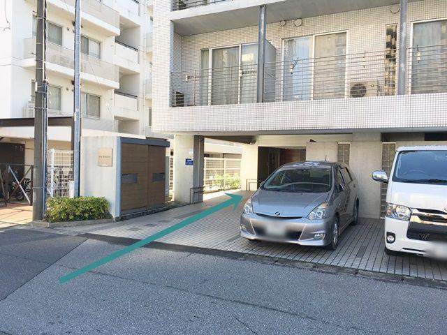 【道順1】道路からマンション下のスペースへと進んでください。