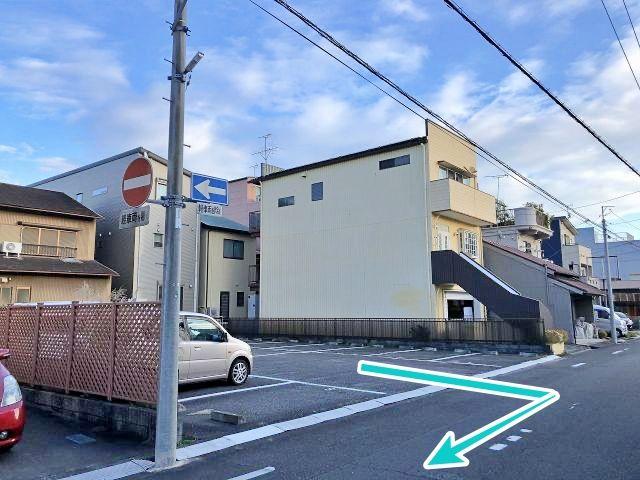 駐車場前の道路は一方通行ですので、出庫の際は【必ず右折】してください