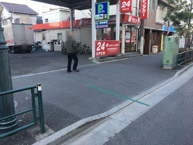 【順路1】「ニッポンレンタカー西武新宿駅前営業所」の入口奥に駐車場がございますので、こちらからお入りください。