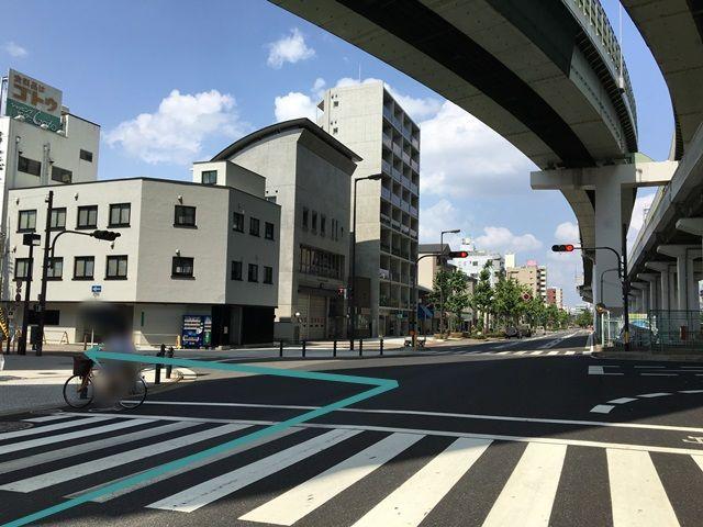 1.国道172号線(みなと通)「朝潮橋交差点」から「大阪プール」方面へ「北東」に進み、1つ目の交差点を「左折」してください。