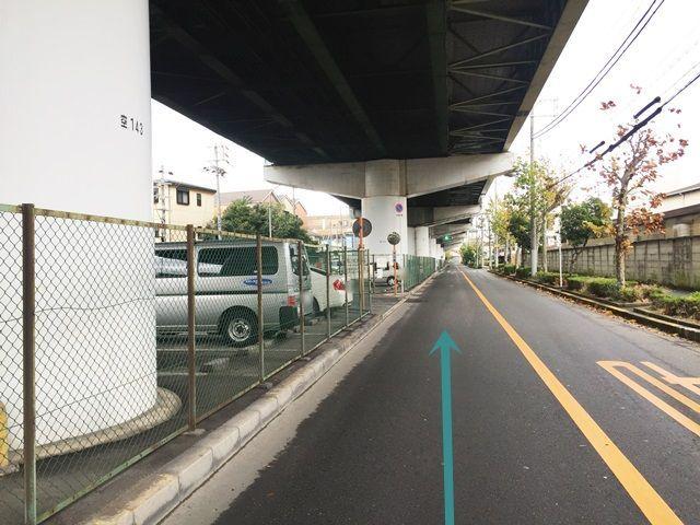 【道順1】阪神高速11号線の高架下を、「塚本駅」方面から「加島駅」方面へと進んでいきます。