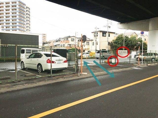 【道順2】左側に駐車場の入り口が出てきます。(高架下)