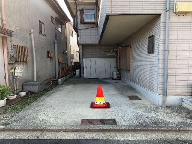 駐車場にはakippa(あきっぱ)のステッカーを貼ったカラーコーン(赤)が置いてあります