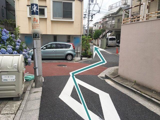 直進後、写真の通りに進んでください