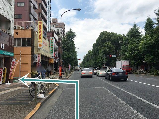 【道順1】国道17号線(本郷通り)の「岡本薬局」と「スドウ写真スタジオ」の間を左折してください