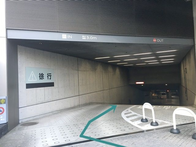 【道順2】突き当りの駐車場出入口にて道なりに「右折」し、地下駐車場へと進んでください。