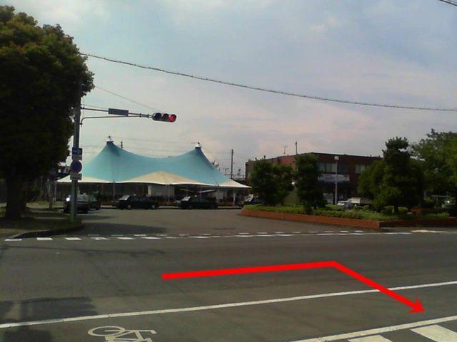 【道順1】この建物を参考にこの道を矢印の方向に曲がってください。