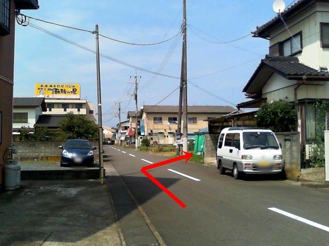 【道順2】こちらの道を直進すると、右手側に駐車場がございます。