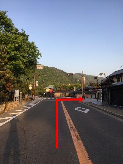 【道順2】渡月橋の交差点を右折してください。