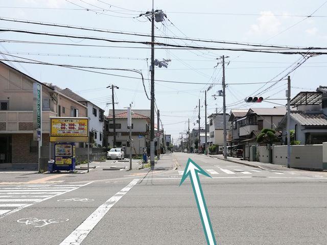 【道順1】大通りの【臨港線】から信号を矢印方向に曲がります。